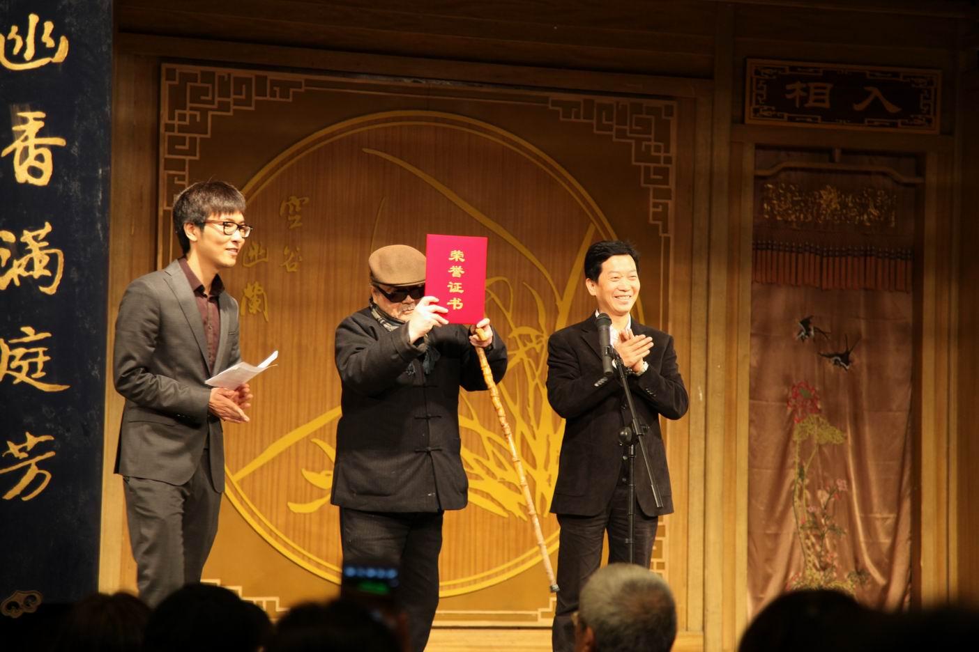 用竖笛吹欢乐颂的谱子-200多名观众观看了演出   用笔老到,形象传神.简短的捐赠仪式过后